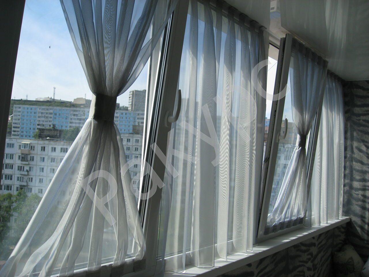 Тюлевые занавески на каждую створку окна. окно открывается и.